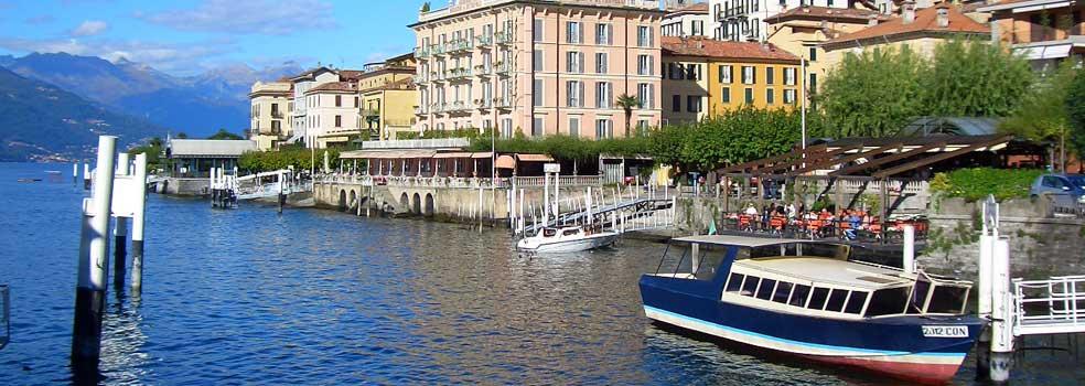 Hochsaison: Touristen-Dampfer und Autofähre im Hafen Bellagio.