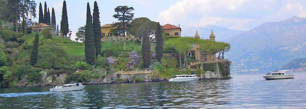 Gartenpark der Villa Balbianello mit uralten Bäumen.
