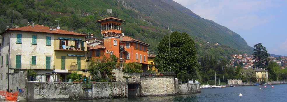 Die rote Villa beim Hafen von Sala Comacina.