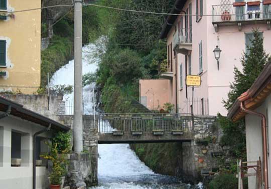Fiumelatte der kürzeste Fluss Italiens bei Varenna