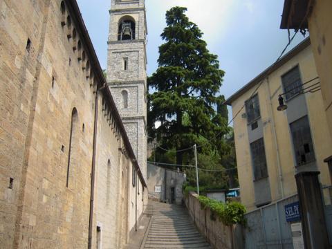 Orrido Eingang neben Kirche
