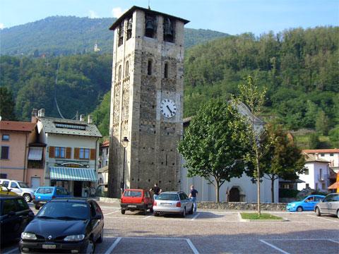 Dorfplatz  von Sorico mit Kirche S. Stefano