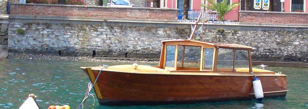 Klassischer Comersee-Taxiboot wartet auf Einsatz.
