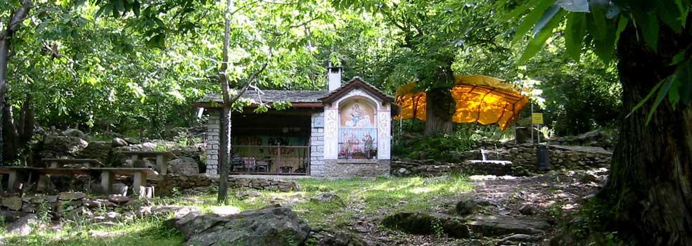 Rastplatz mit Kapelle für müde Wanderer in Val die ratti.