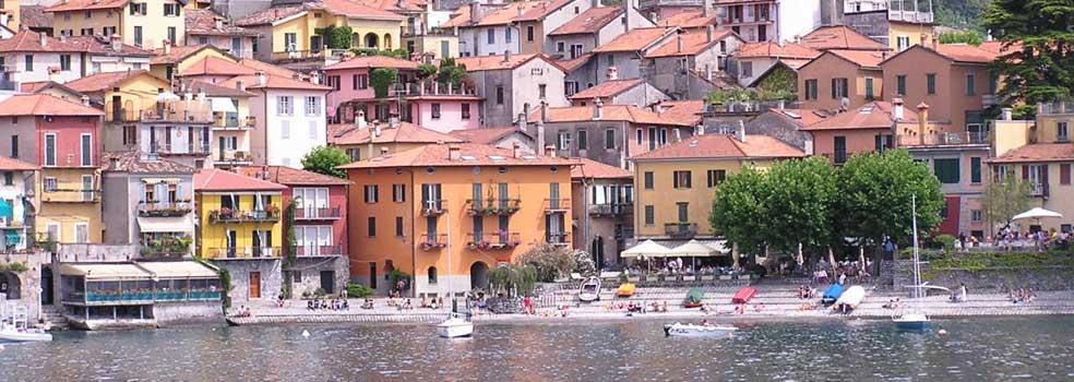 Fischerhafen von Varenna umrandet von fröhlich bunt gestrichenen Häuser.